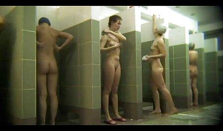 कामुक, सुंदर, चारों ओर घूमना सेक्सी मूवी हिंदी में वीडियो और पैर, जबकि एक धागे में बैठे