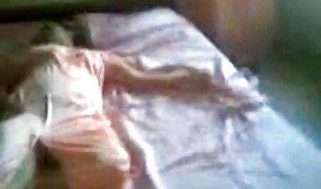 वह उसे जाँघिया से दूर ले गया सेक्सी वीडियो फुल मूवी और कैमरे पर उसे पता चलता है