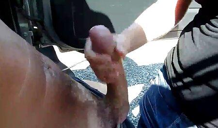 एक औरत एक केबिन बौछार में स्नान और रोलर्स और टोपी सेक्सी मूवी इंडियन मूवी धोने