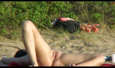 एक सुनहरे बालों हिंदी में सेक्सी वीडियो फुल मूवी वाली लड़की चमड़े के सोफे है